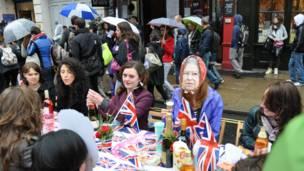 倫敦市中心皮卡迪利街頭聚餐會