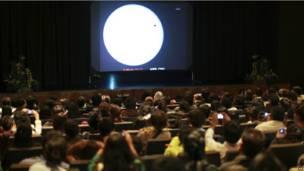 Публика в музее Вселенной в Национальном университете в Мексике наблюдает за прямой интернет-трансляцией прохождения Венеры, которая ведется с вершины горы Мауна-Кеа на Гаваях.