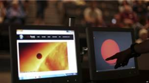 Выпускник факультета астрофизики Политехнического университета Виргинии Брэндон Бир показывает снимок транзита Венеры перед аудиторией в университетском кампусе в Блэксбурге.