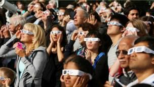 Сотни людей, надев специальные темные очки, собрались понаблюдать транзит Венеры в Университете Западной Онтарио в Лондоне, Канада.