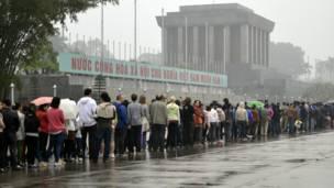 Đoàn người xếp hàng vào lăng Chủ tịch Hồ Chí Minh cách đây vài tuần