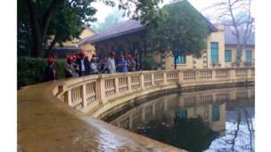 Nhà lưu niệm và ao cá trong khu lăng ông Hồ