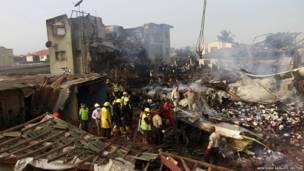 فرق الانقاذ تعاين الدمار الذي سببه تحطم طائرة ركاب في مدينة لاغوس النيجيرية خلال الاسبوع الماضي
