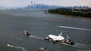 """مكوك الفضاء """"انتربرايس"""" في رحلته الأخيرة عبر نهر هيدسون ليستقر بعدها في متحف للفضاء"""