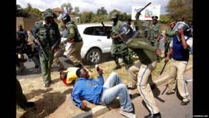 الشرطة في زامبيا تقمع المتظاهرين المحتجين على تعليق عمل قاض في المحكمة العليا