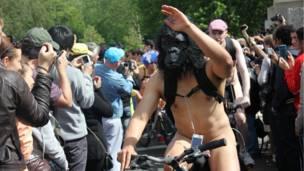 這位頭戴黑猩猩頭罩的男子一舉手一投足謀殺不少菲林。
