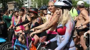 塗滿油彩、打扮時尚的美女們是裸騎活動現場亮麗的風景線。