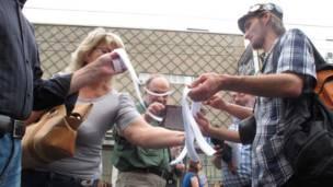 Người biểu tình mang ruy-băng trắng