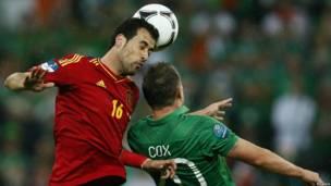 Cầu thủ Sergio Busquets (trái) của đội Tây Ban Nha và cầu thủ Simon Cox của CH Ireland tranh cú đội đầu