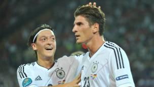 نجما منتخب ألمانيا غوميز(يمين) وأوزيل