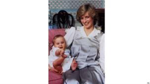 一歲了。威廉王子在肯辛頓宮家裏跟母親戲耍。