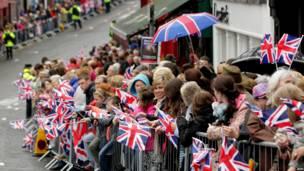 沿街迎候的民眾