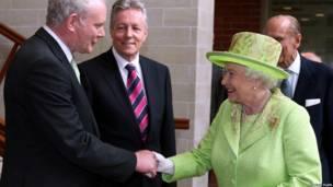 麥克吉尼斯和女王伊麗莎白二世在北愛握手