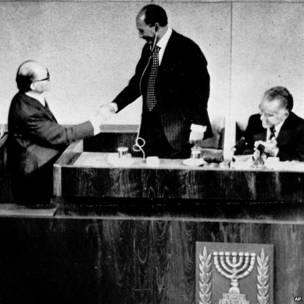Shugaba Anwar Sadat yana musafaha da Firayim Minista Menachem Begin