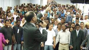 Misa en una iglesia pentecostal en Brasil.
