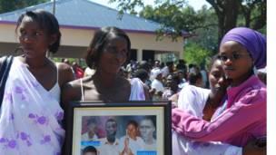 Wasu 'yan Rwanda na tunawa da 'yan uwansu da aka kashe a lokacin yaki
