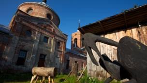 Деревянные животные около церкви