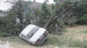 Автомобиль вынесло не дерево водой в Крымске