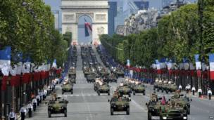 Quân lực Pháp diễu hành trên Đại lộ Champs Elysees