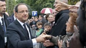 Tổng thống Pháp Francois Hollande bắt tay người dân