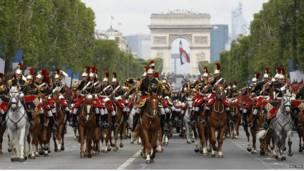 Vệ binh cộng hòa diễu hành trên Chams Elysee ngay trước Khải Hoàn Môn