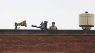 جندي أمام بطارية صواريخ أرض - جو
