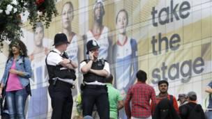 رجلا شرطة في مركز تسوق قرب المجمع الأولمبي
