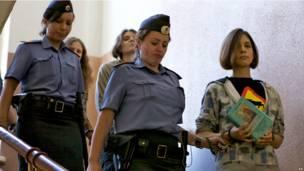Предполагаемые участницы группы Pussy Riot в сопровождении полицейских