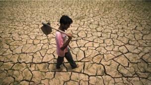Индийский фермер на высохшем поле