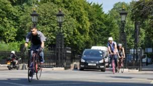 Đi xe đạp tránh tắc đường