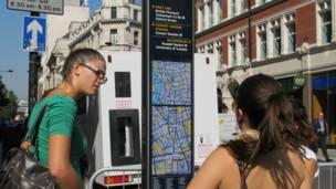 Ba sinh viên người Ý đi du lịch ở London chọn đi bộ để tránh tắc đường.