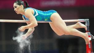 La gimnasta brasileña Daniele Hypolito practicando en la Academia de Entrenamiento de Greenwich
