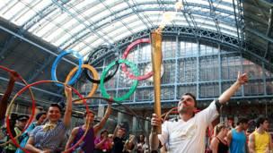 La antorcha olímpica durante su recorrido por la estación de trenes de St. Pancras, en Londres