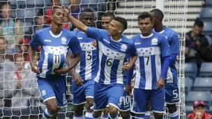Jugadores hondureños celebran su primer gol ante Marruecos