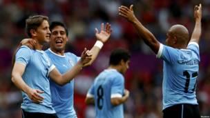 Gastón Ramírez festeja su gol de tiro libre junto a Arévalo Ríos y Ramón Arias