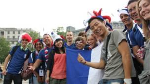 特拉法加廣場上,各國的粉絲擁抱在了一起,共慶奧運盛會。
