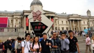 特拉法加廣場倒計時牌前,這些來自中國的遊人開心的合影,齊聲喊「奧運「。」