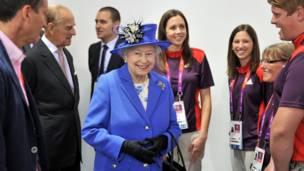 女王和義務工作人員談天