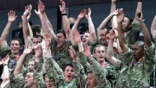 Soldados en la definición de la gimnasia artística masculina por equipos