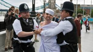 Còn đây là phần tử quá khích người Ukraina bị cảnh sát Anh bắt giữ ở Tower Bridge