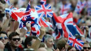 Cổ động viên vui mừng rạng rỡ vì nước chủ nhà Anh liên tiếp đoạt nhiều huy chương vàng