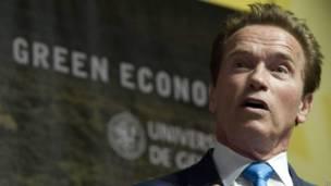 Arnold Schwarzenegger en una conferencia sobre desarrollo sustentable en marzo de 2012