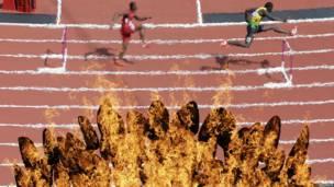 Đuốc Olympics cháy sáng trên sân Stratford cả ngày lẫn đêm.