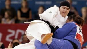 Những nữ vận động viên đeo khăn trùm đầu (hijab)