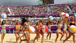 Đội cổ vũ môn bóng chuyền bãi biển, được khán giả reo hò cổ vũ nhiệt tình.