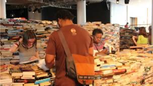 在南岸中心的皇家節日音樂廳(Royal Festival Hall),工作人員花了三天時間堆疊成這座圖書迷宮。