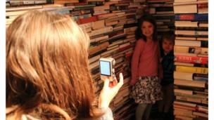 圖書迷宮成了倫敦市民周末出行的絕佳選擇。終於找到了迷宮盡頭,趕緊合影留念吧!