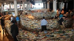 圖書迷宮佔據了500平米的空間。8月26號結束後,這25萬本圖書將會捐給慈善組織樂施會(Oxfam)。