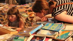因为图书迷宫,南岸中心吸引了许多家长、孩子前来参观看书。