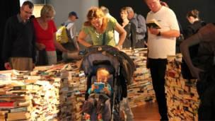 很多家长带着孩子来体验这座新奇有趣的图书迷宫。
